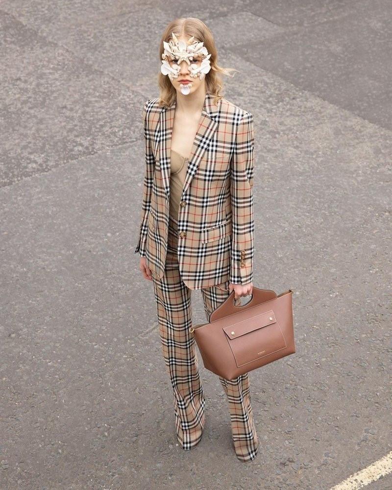 Burberry lanza su Pocket Bag para la primavera-verano 2021 con realidad aumentada